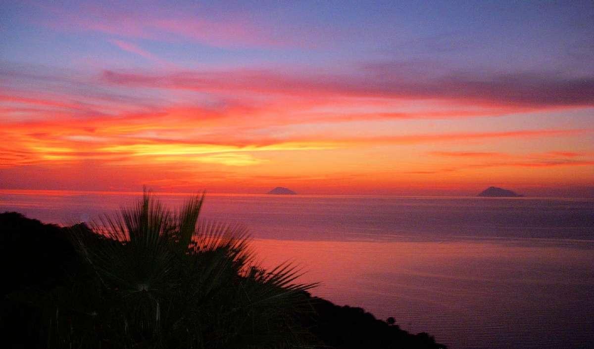 Solnedgång med utsikt över de Eoliska öarna