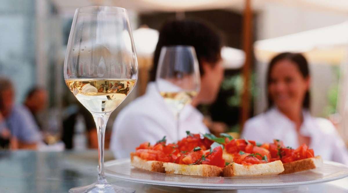 En fridfull stund med lokalproducerat vin och bruschetta