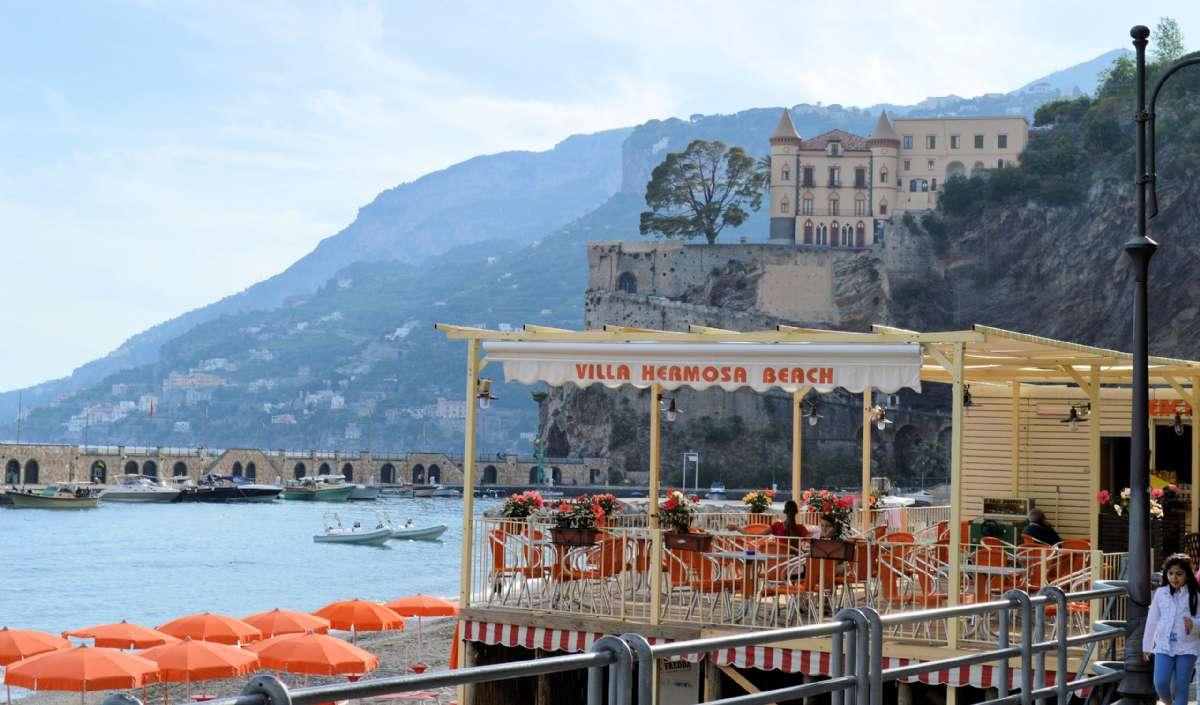 En drink vid havet i Maiori