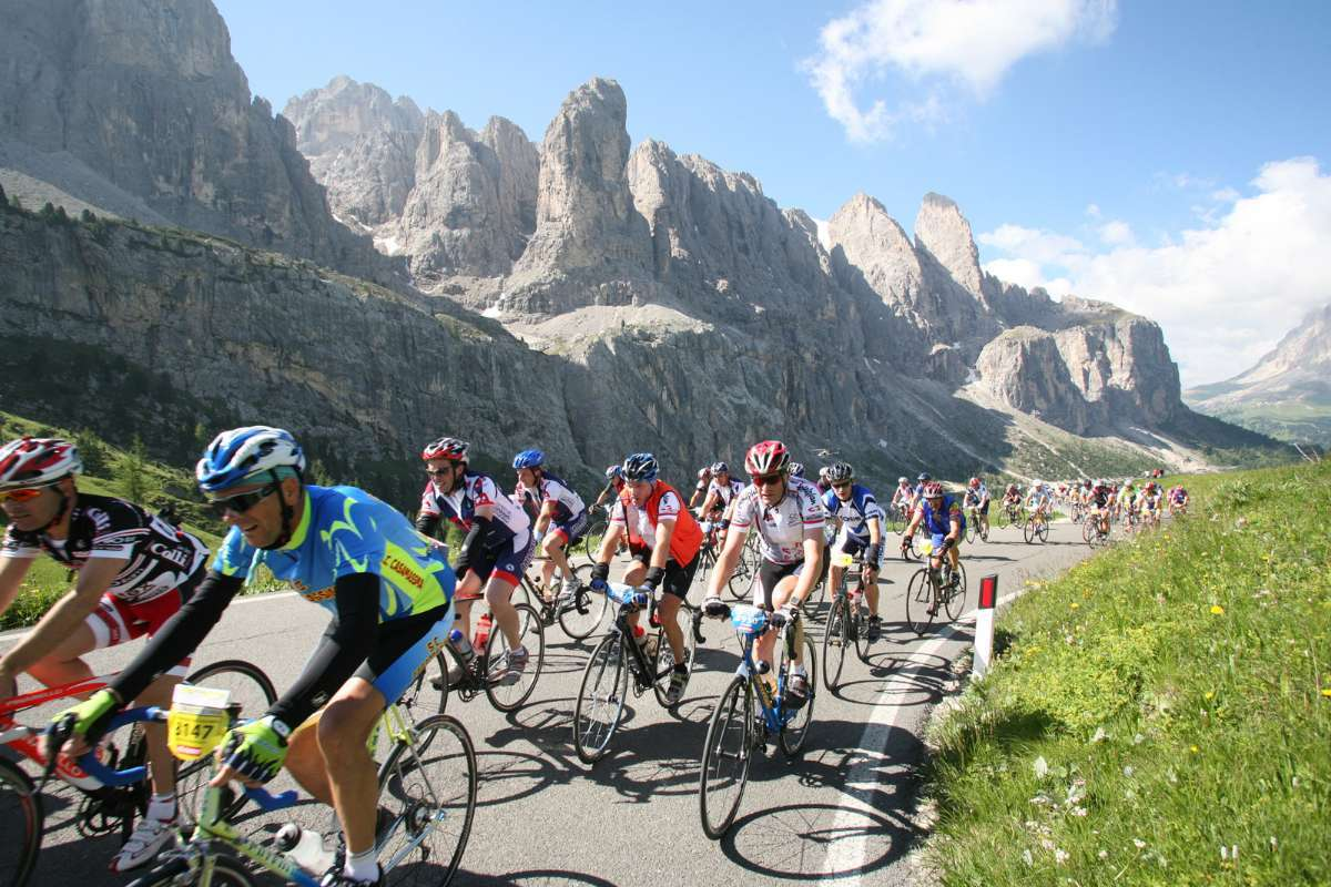 Go on a cycling holiday in Italy with In - Italia. Participate in a race or self-drive. (Photo: Wikimedia Commons - Marathon des Dolomites Committee)