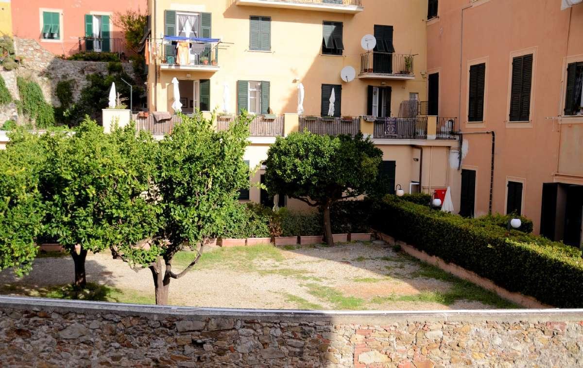 Lejlighederne med egen terrasse ligger bag hækken til højre