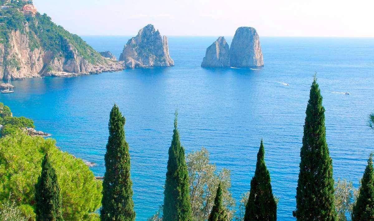 Øen Capri er et populært turistmål og kendt for Den Blå Grotte