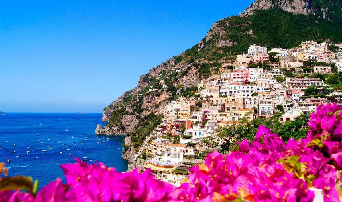Positano og de typiske bougainvillae-blomstene