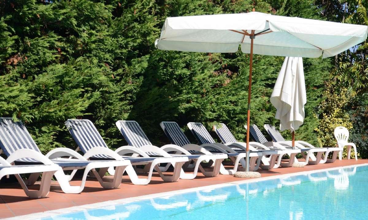 Inbjudande pool till alla gäster