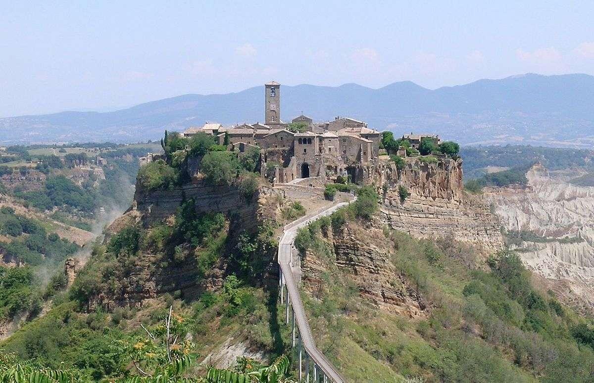 """Bagnoregio civita panorama"" af Alessio Damato. Licensed under CC BY-SA 3.0 via Commons"
