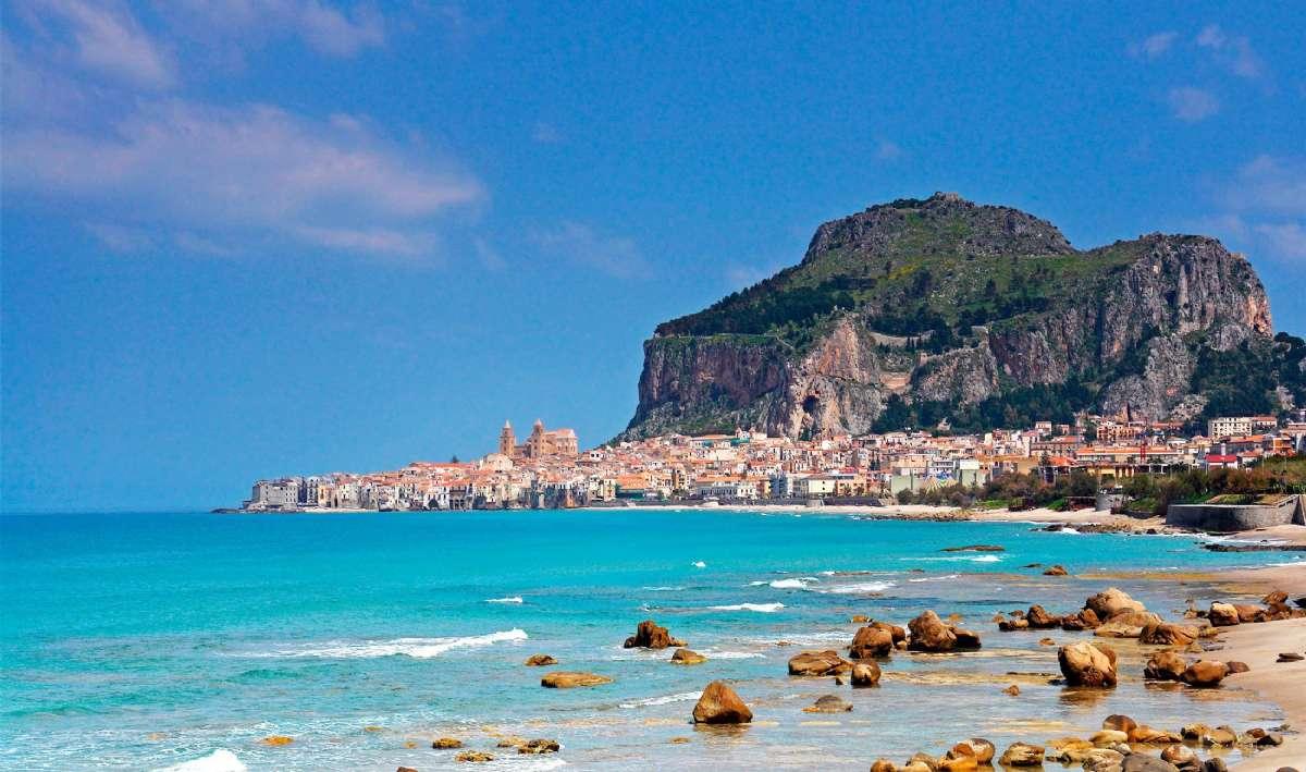 Cefalú ligger smukt på Siciliens nordkyst