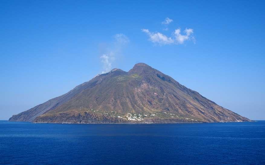 Stromboli er en typisk kegleformet vulkan