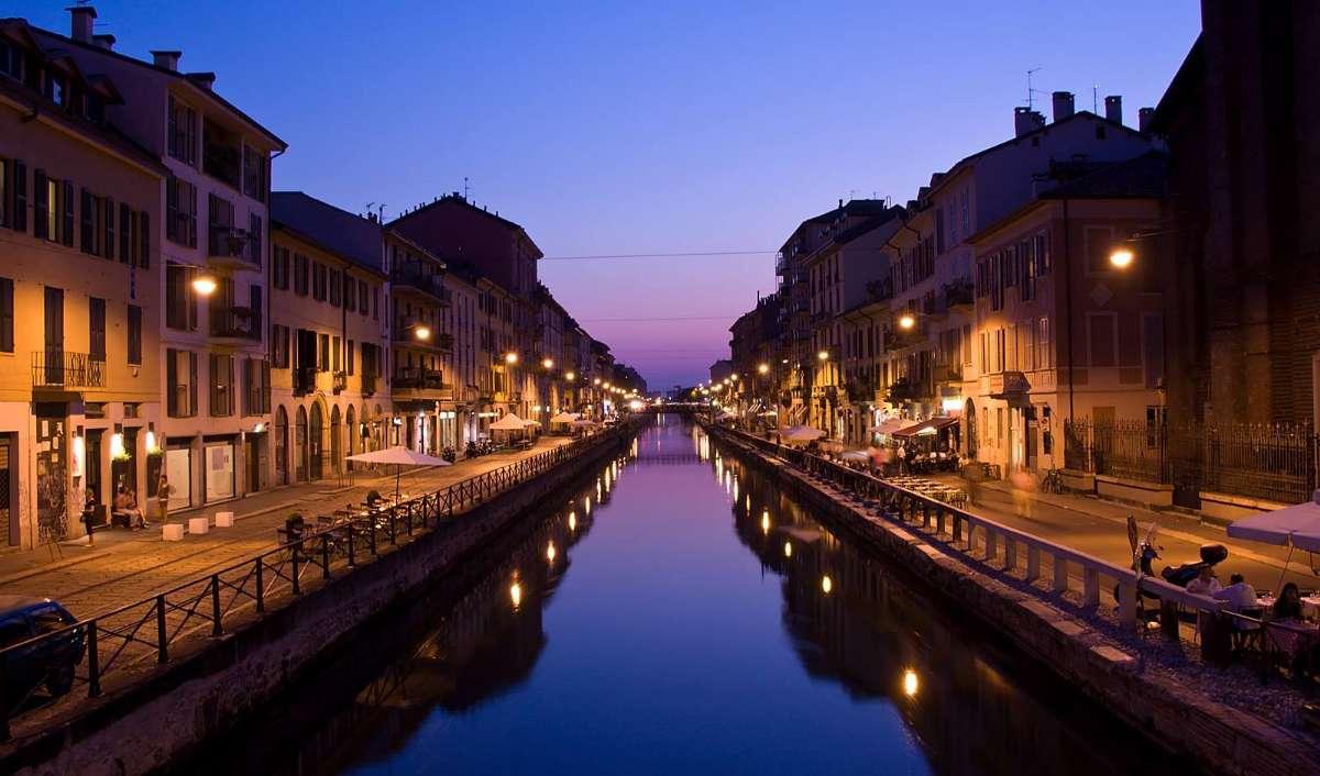 Langs kanalen Navigli om aftenen