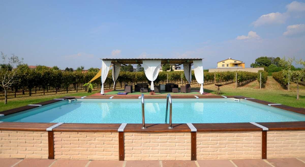 Från poolen kan du njuta av vinmarkerna