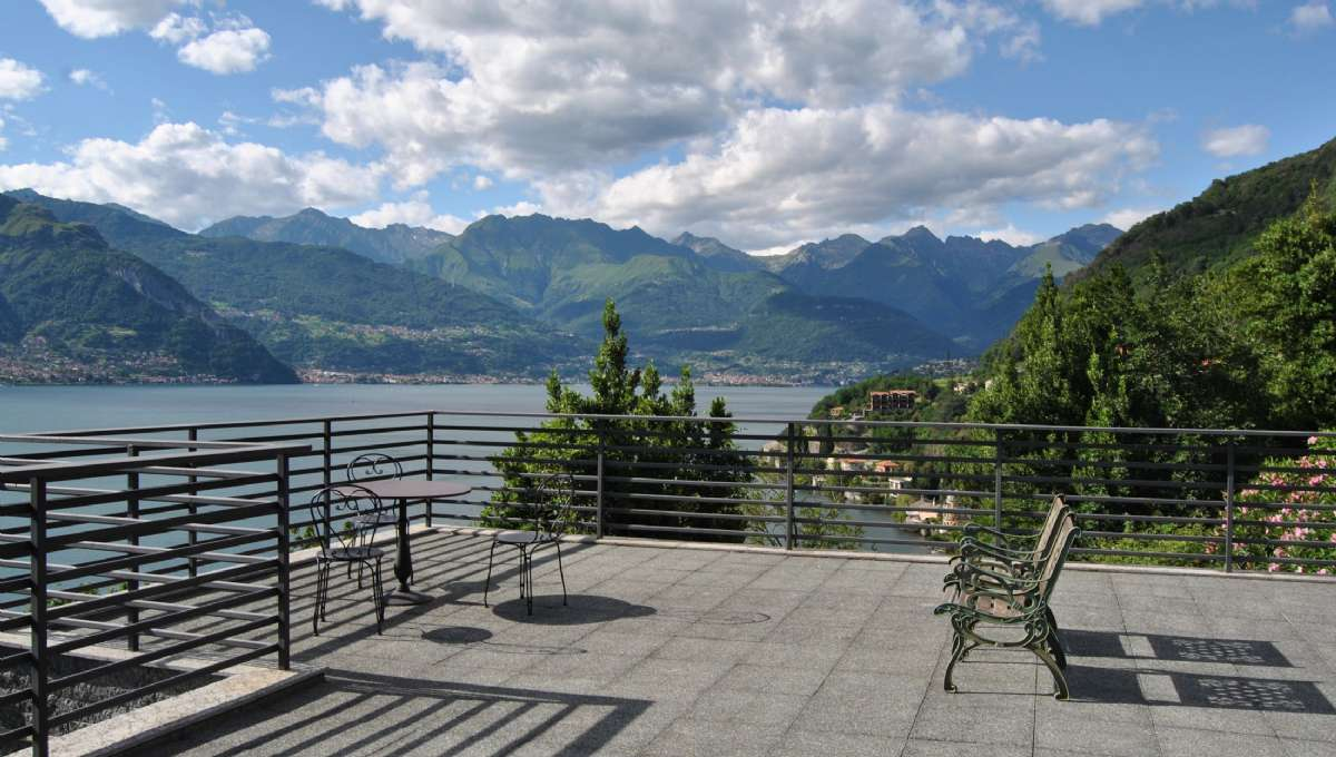 Från den panoramiska terrassen kan du njuta av sjön i alla riktningar