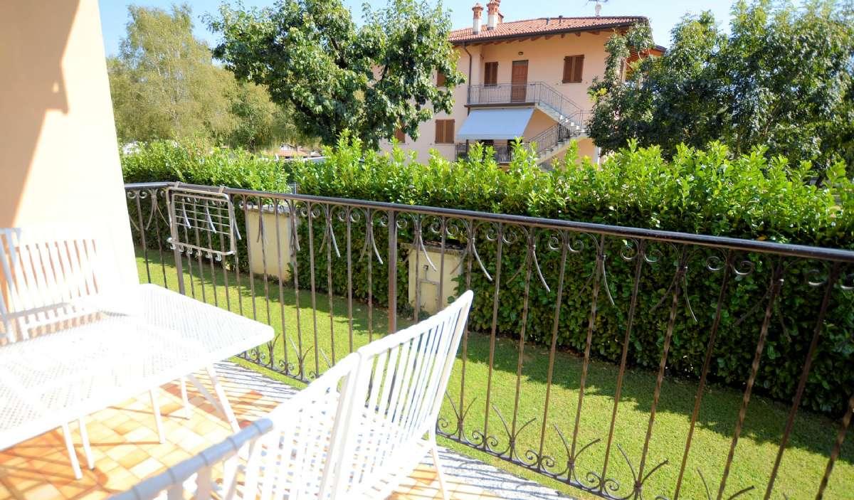 Möblerad balkong där du kan inta dina måltider