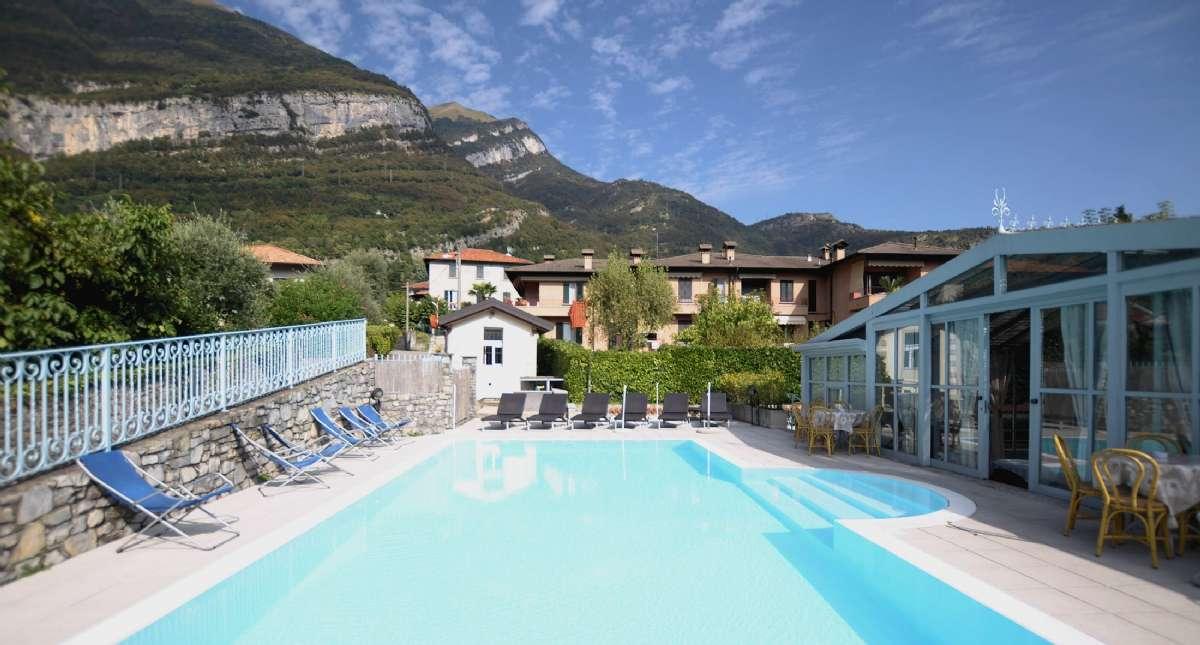 Inbjudande pool på Hotel Lario