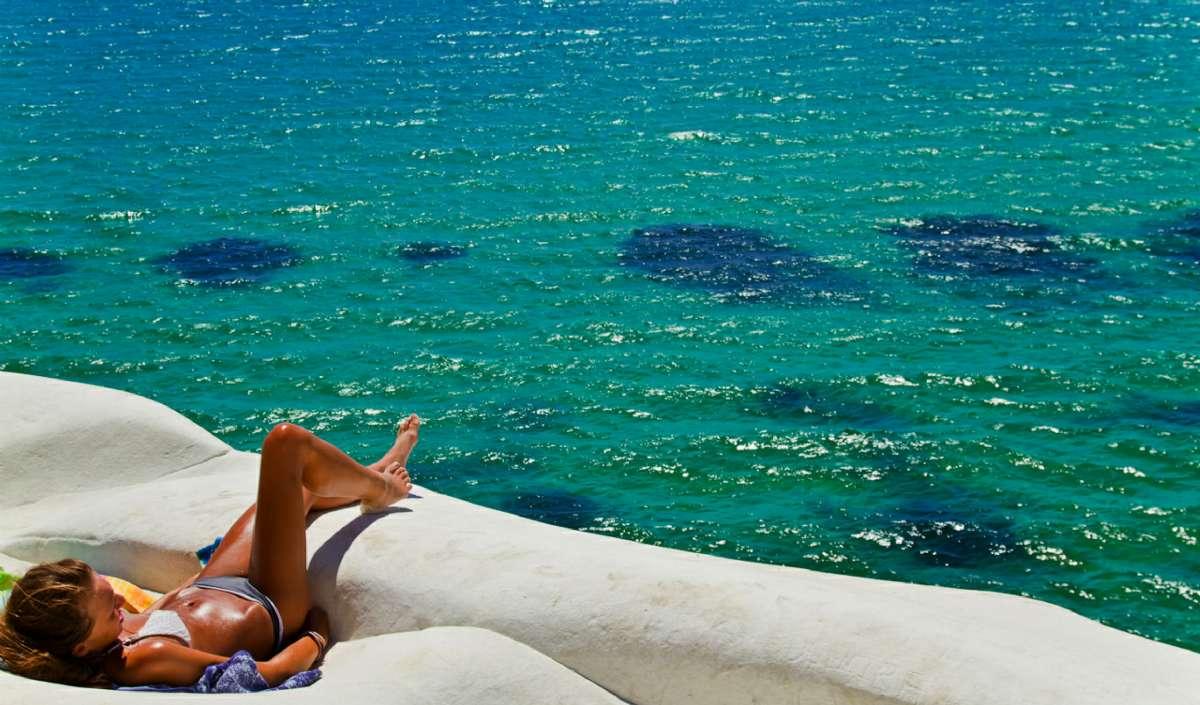 Nyd solen og havet ved klippen <em>Scala dei Turchi</em>