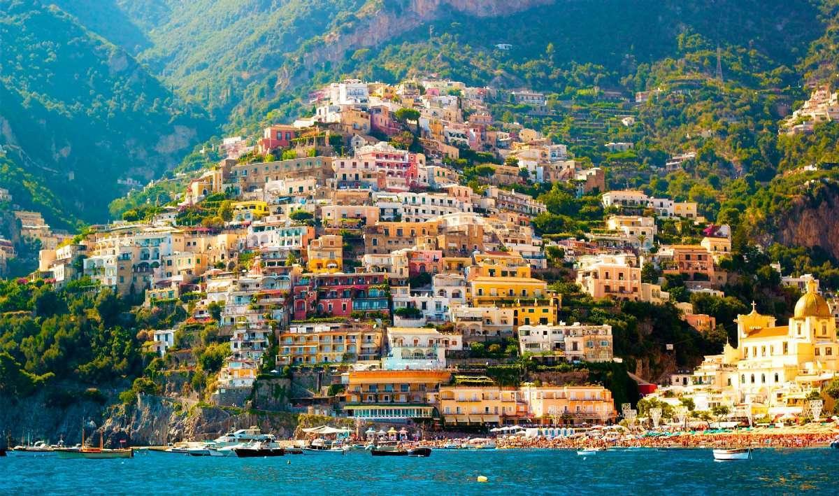 Rejser til Campania kan bl.a. føre til Positano på Amalfikysten
