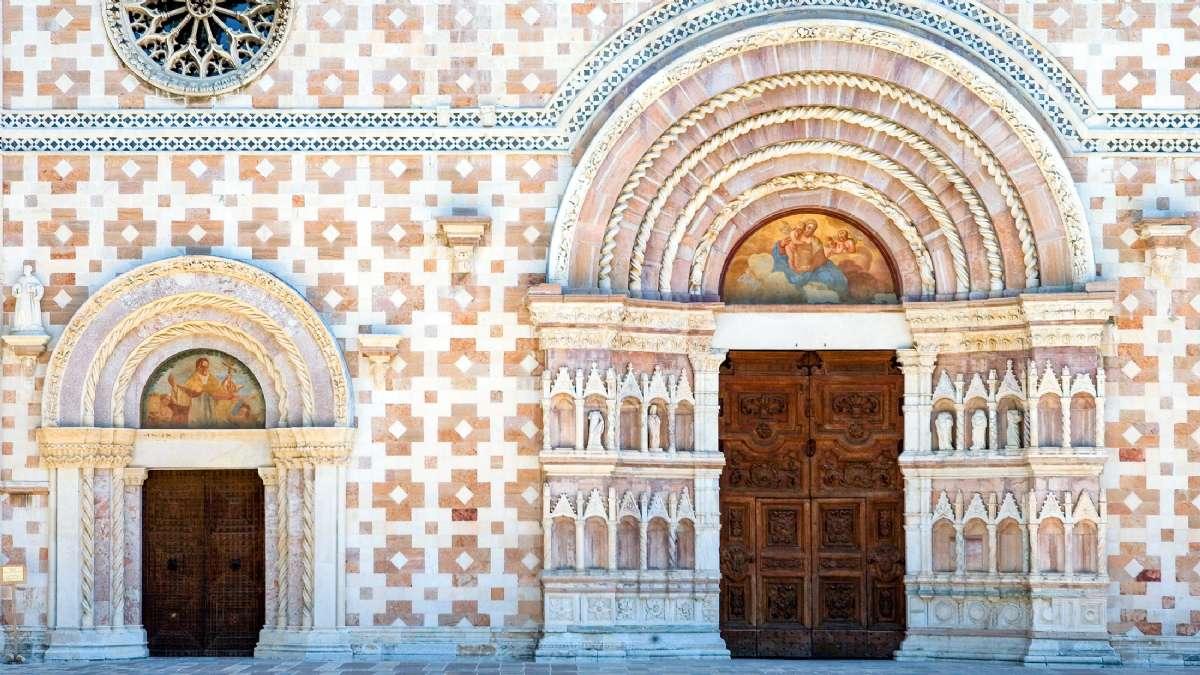 En af de seværdigheder du ikke må gå glip af, er kirken Basilica di Santa Maria di Collemaggio