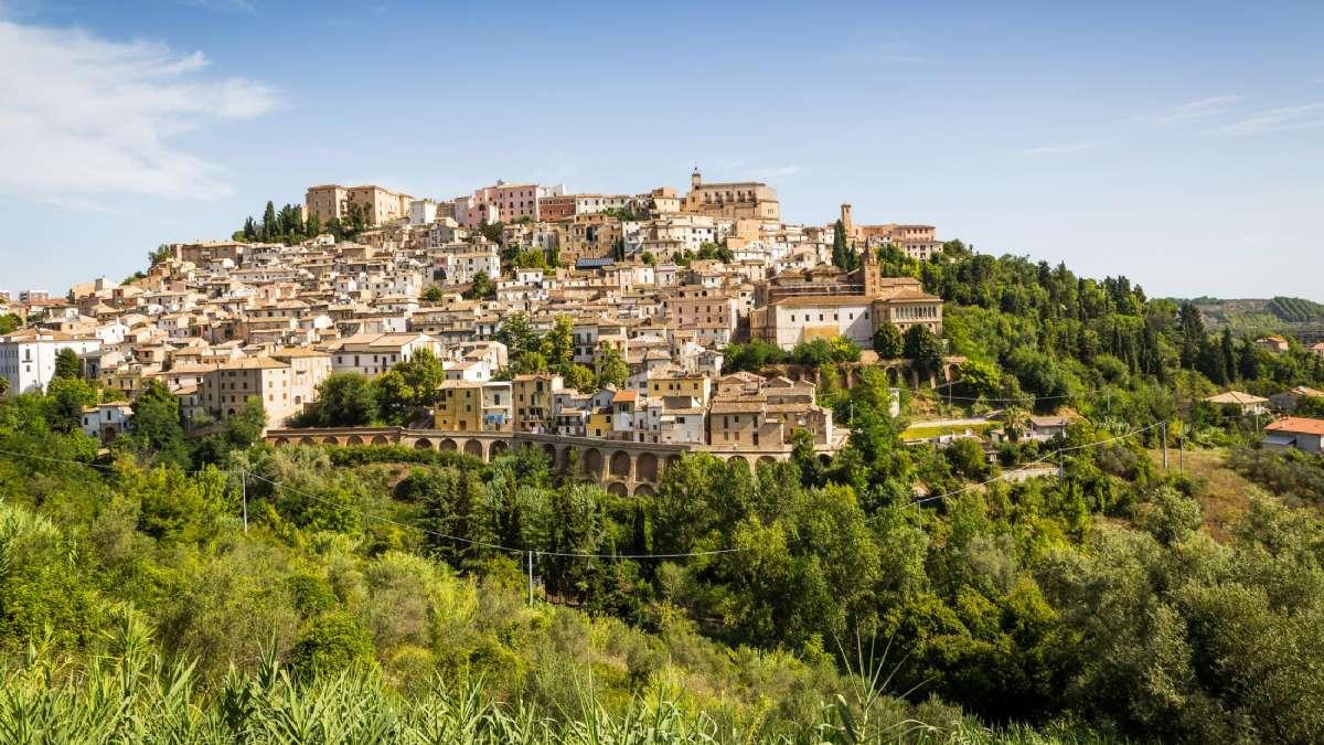 Loreto Aprutino er en middelalderlig landsby, som ligger på en lille bjergtop. Øverst oppe finder man det kolossale Castello Chiola