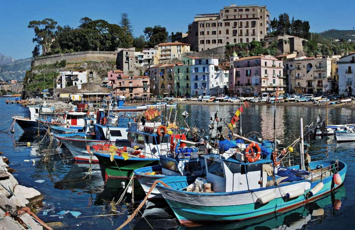 När du reser till Sorrento möter du en autentisk stämning, som här i den gamla hamnen