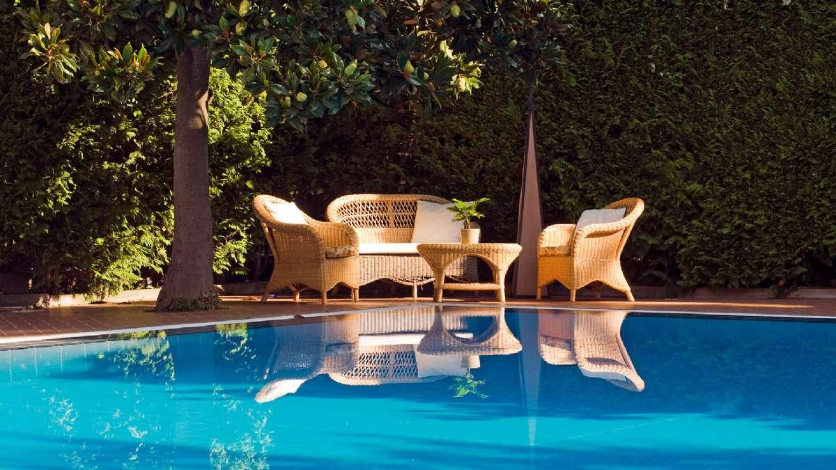 Hygge ved bassenget på søsterhotellet Giordano.