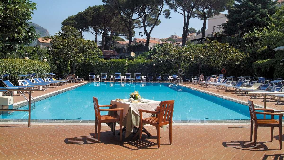 Gjestene på Villa Maria kan benytte bassenget på søsterhotellet Giordano