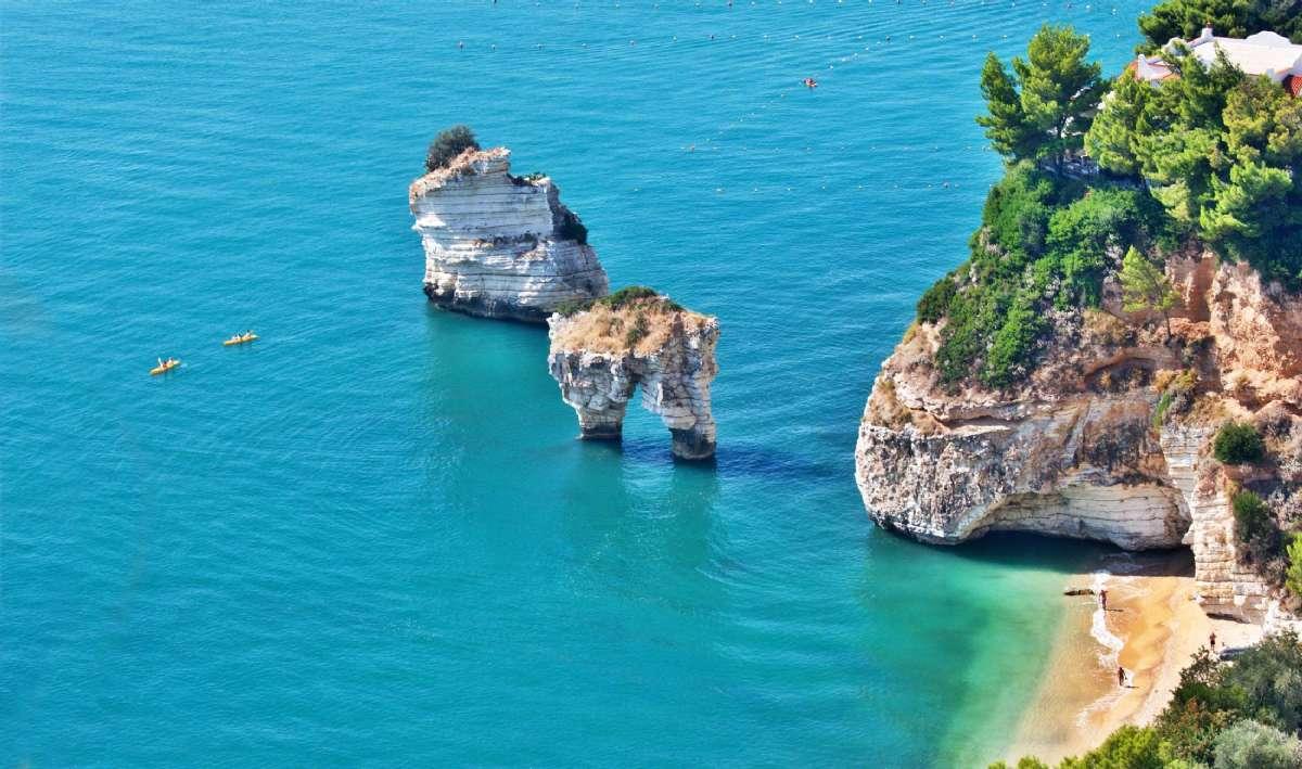 Når man rejser til Apulien kan man bl.a. opleve den turkisblå kyst ved Gargano.