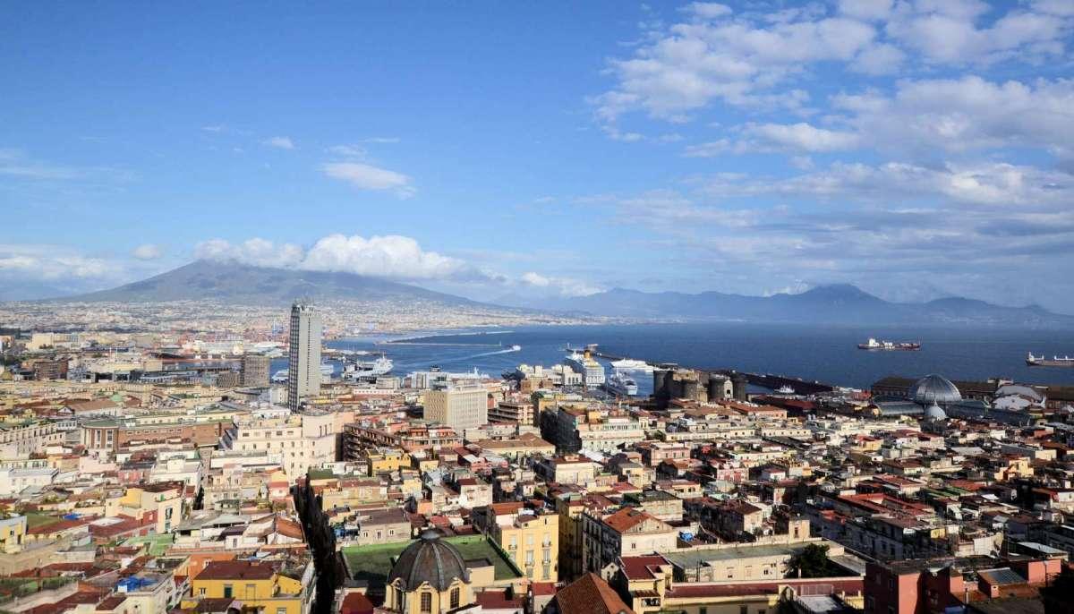 Når du rejser til Napoli får du bl.a. dette ekstraordinære vue over Middelhavet, byen og vulkanen Vesuv