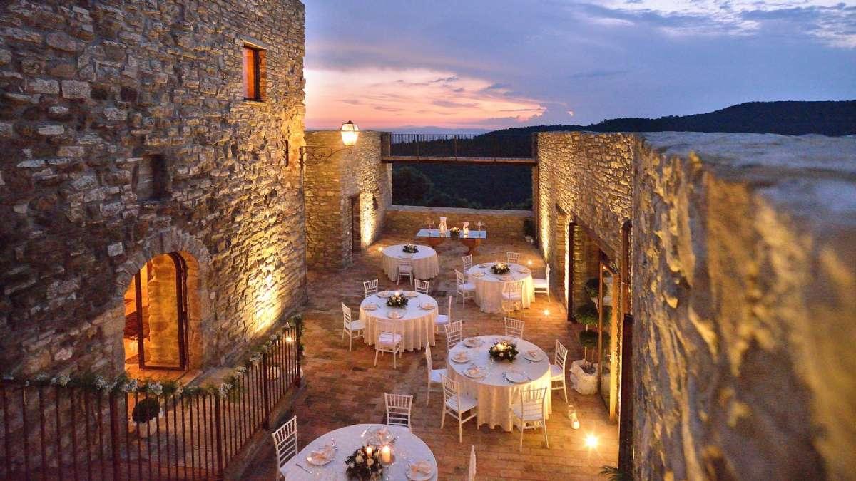 Sonnenuntergang auf dem Schloss in der Nähe von Sorgnano
