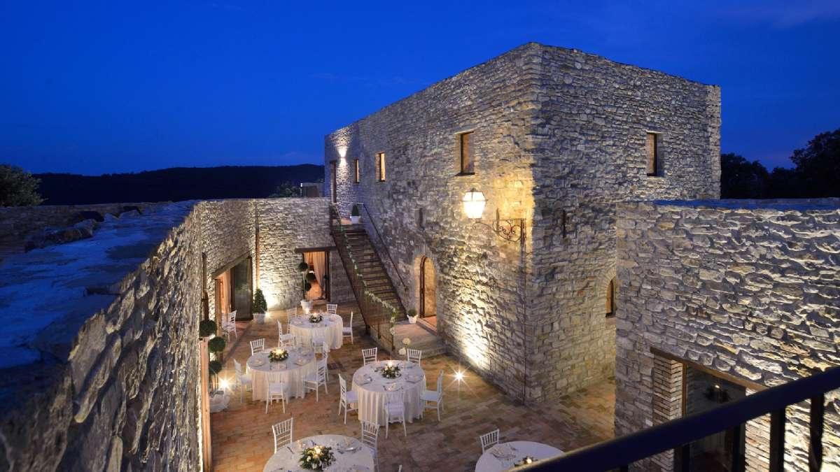 Du kan vælge at spise udendørs på den nærliggende borg Sorgnano