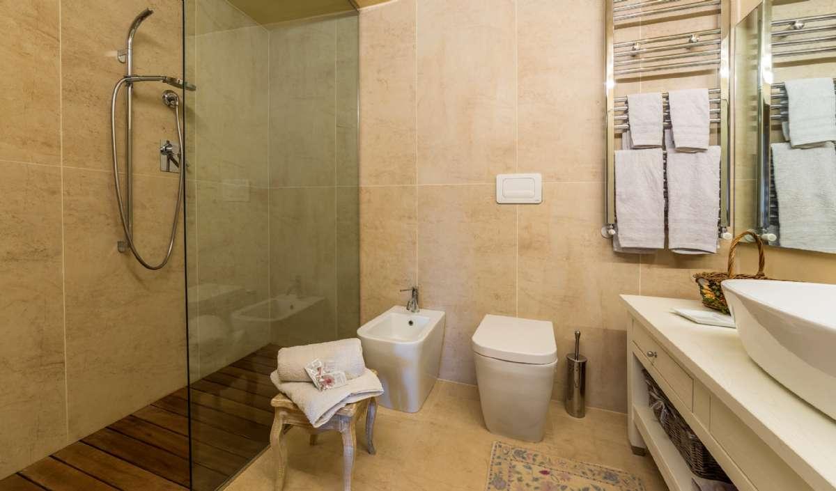 Toværelseslejlighed på første sal - badeværelse