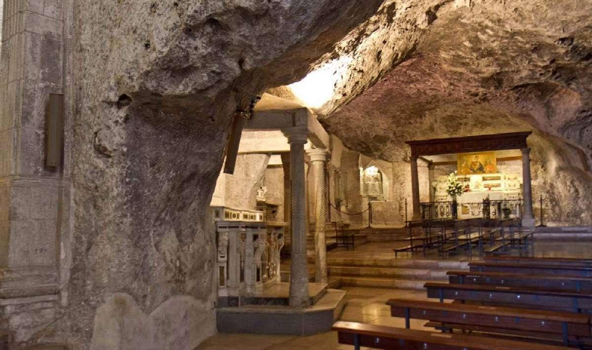 Ærkeenglen St. Michaels grotte i Monte Sant'Angelo