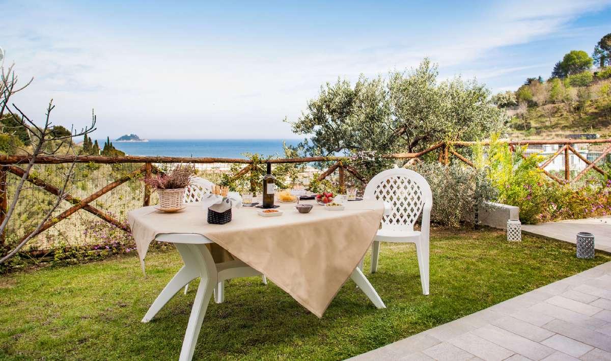Indtag dine måltider med udsigt til Middelhavet