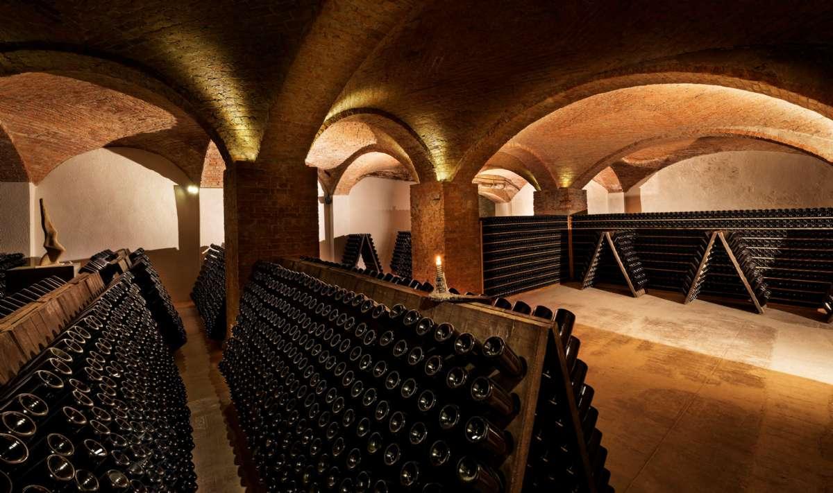 Nede i byen finder du de majæstetiske underjordiske katedraler, hvor de lokale vinbønder laver deres boblende vine.