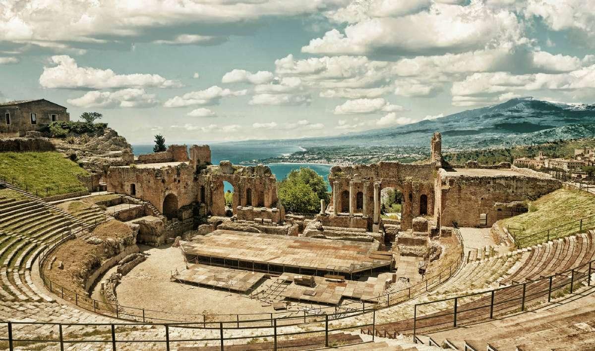 När du reser till Taormina, kan du bland annat uppleva den Grekisk-romerks amfiteatern