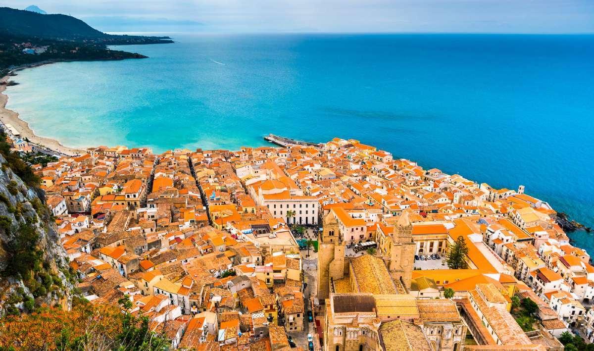 När du reser till Cefalù kommer du bland annat nära Medelhavets azurblå vågor