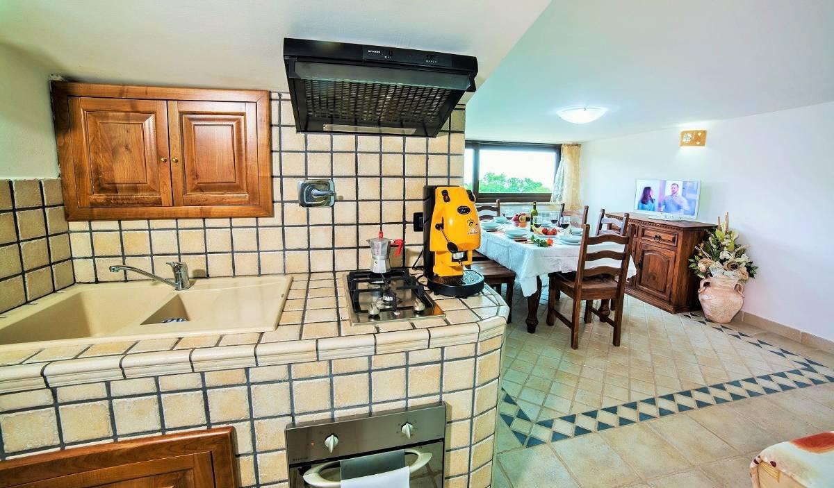 Køkken og opholdsstue i lejligheden Giglio Bianco
