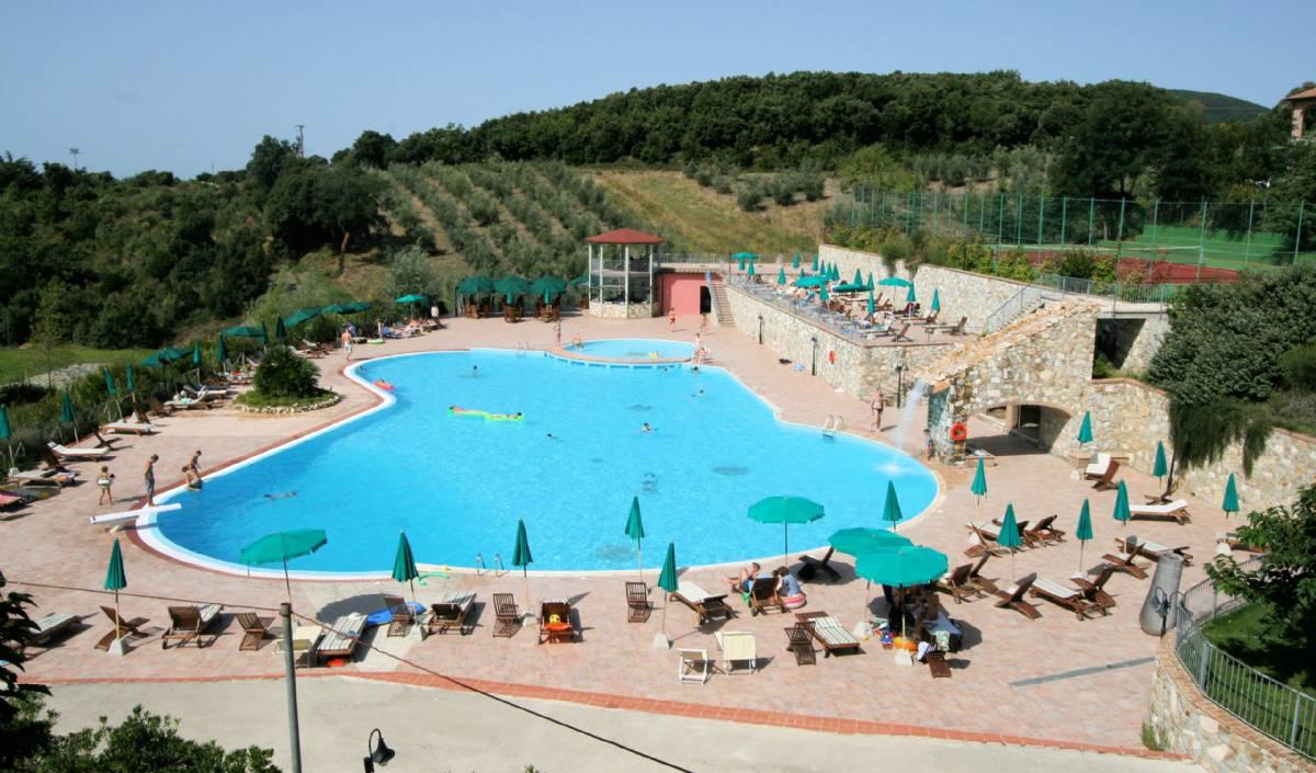 Den stor fælles pool med børneafdeling kikker mod kysten