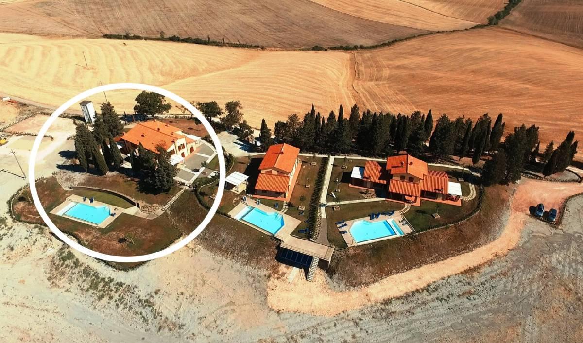 Borgo del Silenzio set fra luften  - ved siden af den ligger der de to selvstændige villaer: Villa Ludovica og Villa Marina