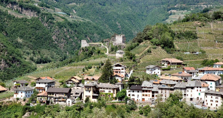 Locanda dello Scalco ligger vid borgen bakom byn mitt på bilden