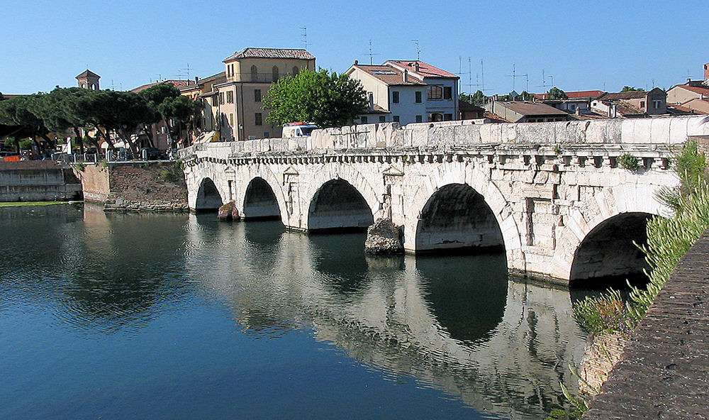 Den vackra gamla bron Ponte di Tiberio