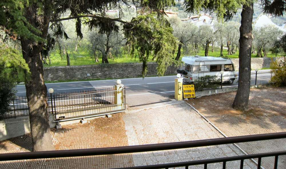 Vue sur la route et les oliveraies