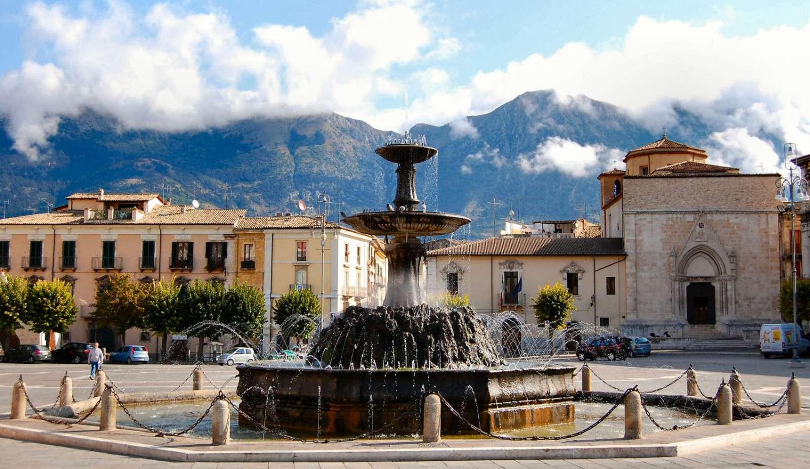 Piazza Garibaldi er byens største plads, med en fontæne i barokstil