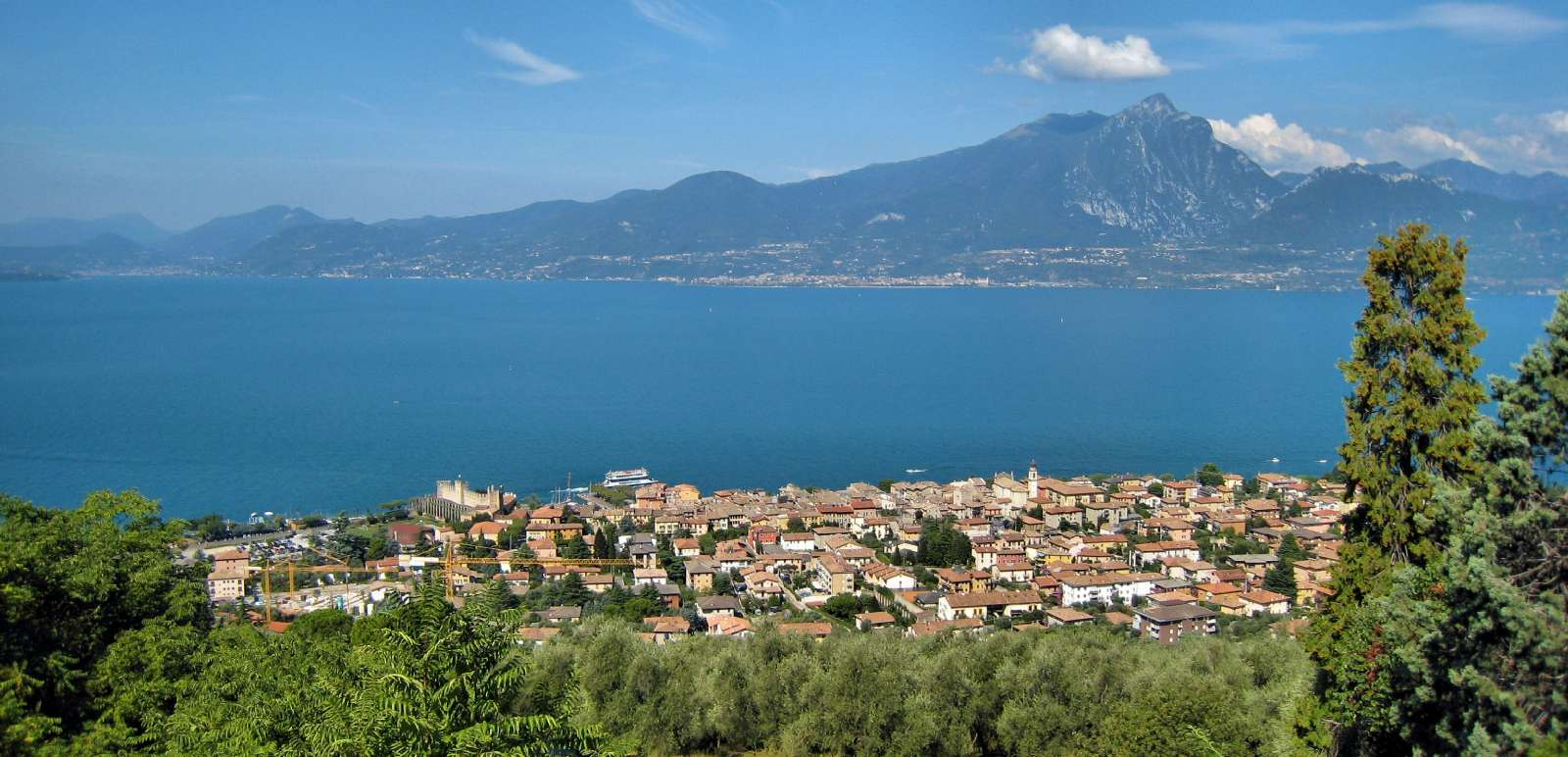 Torri del Benaco sett fra landsbyen Albisano
