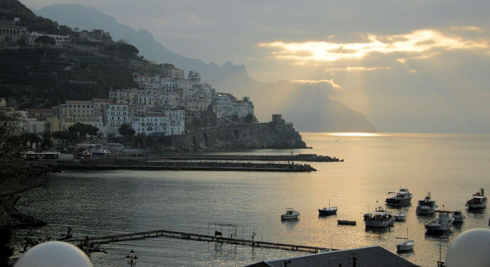 Vacker utsikt över kustlinjen och Amalfi