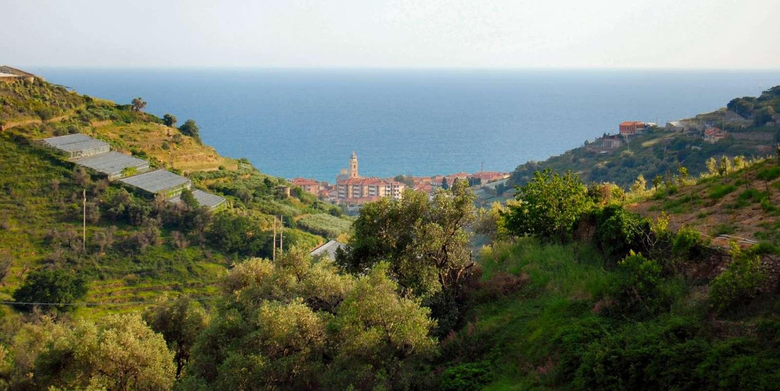 Blick hinunter in Richtung Meer und Riva Ligure