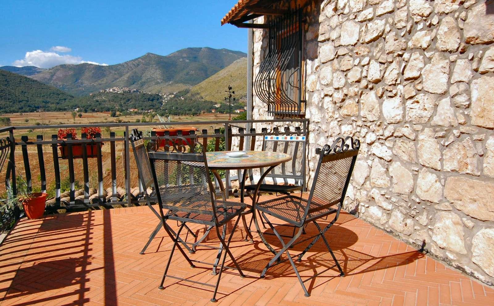 La vue sur la plaine et sur le village perché de Pastena