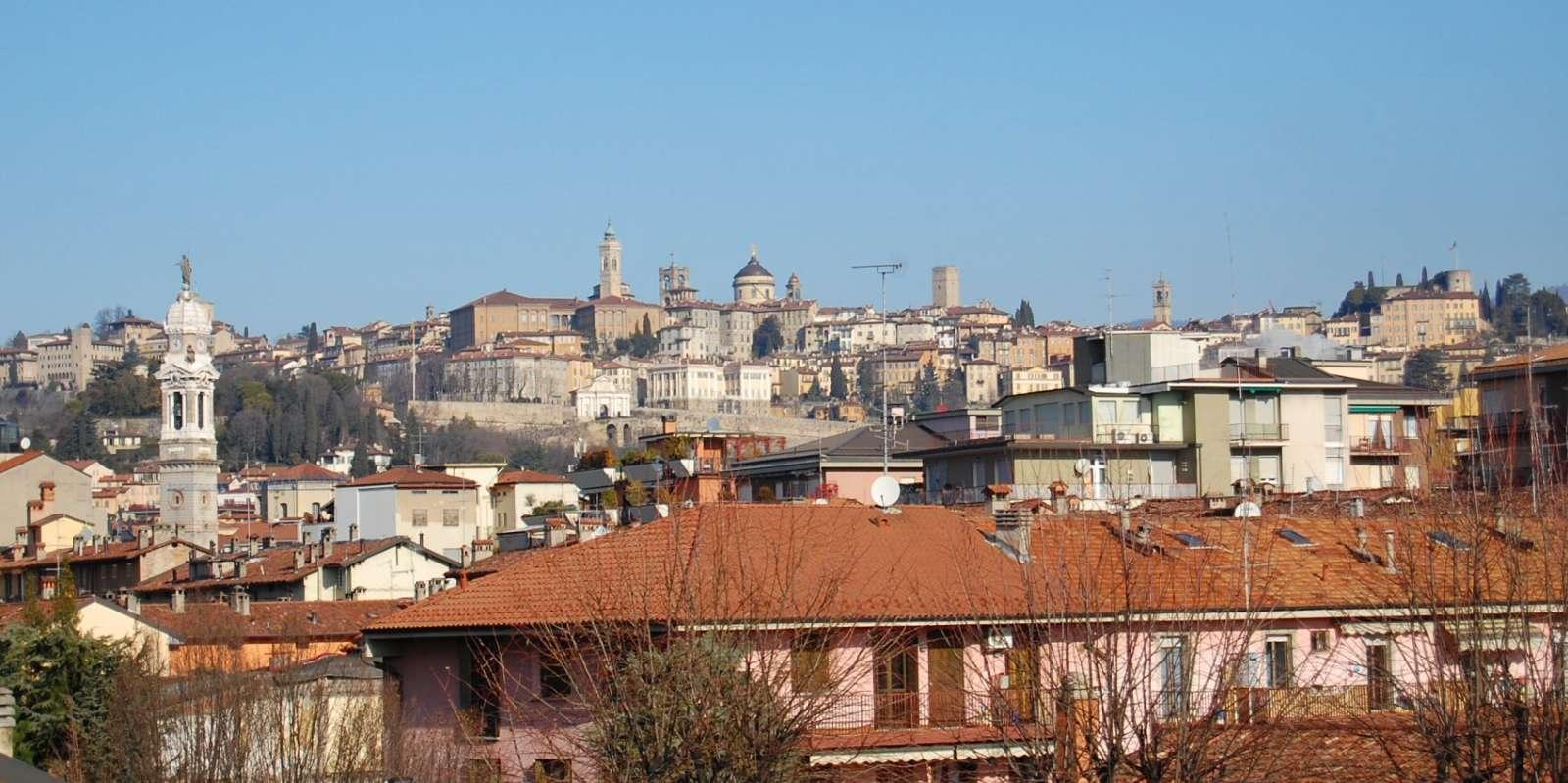 Vue over Bergamo gamle by fra Hotel San Giorgios tagterrasse