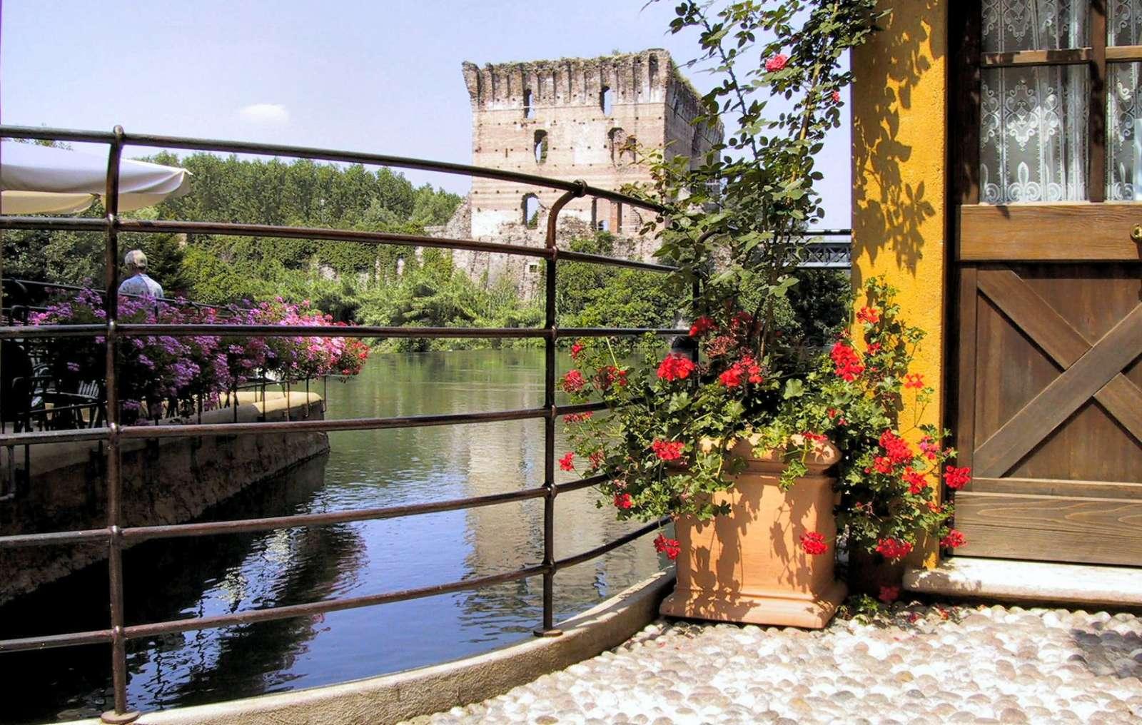 Udsigt fra Il Borghetto mod broen Ponte Visconteo