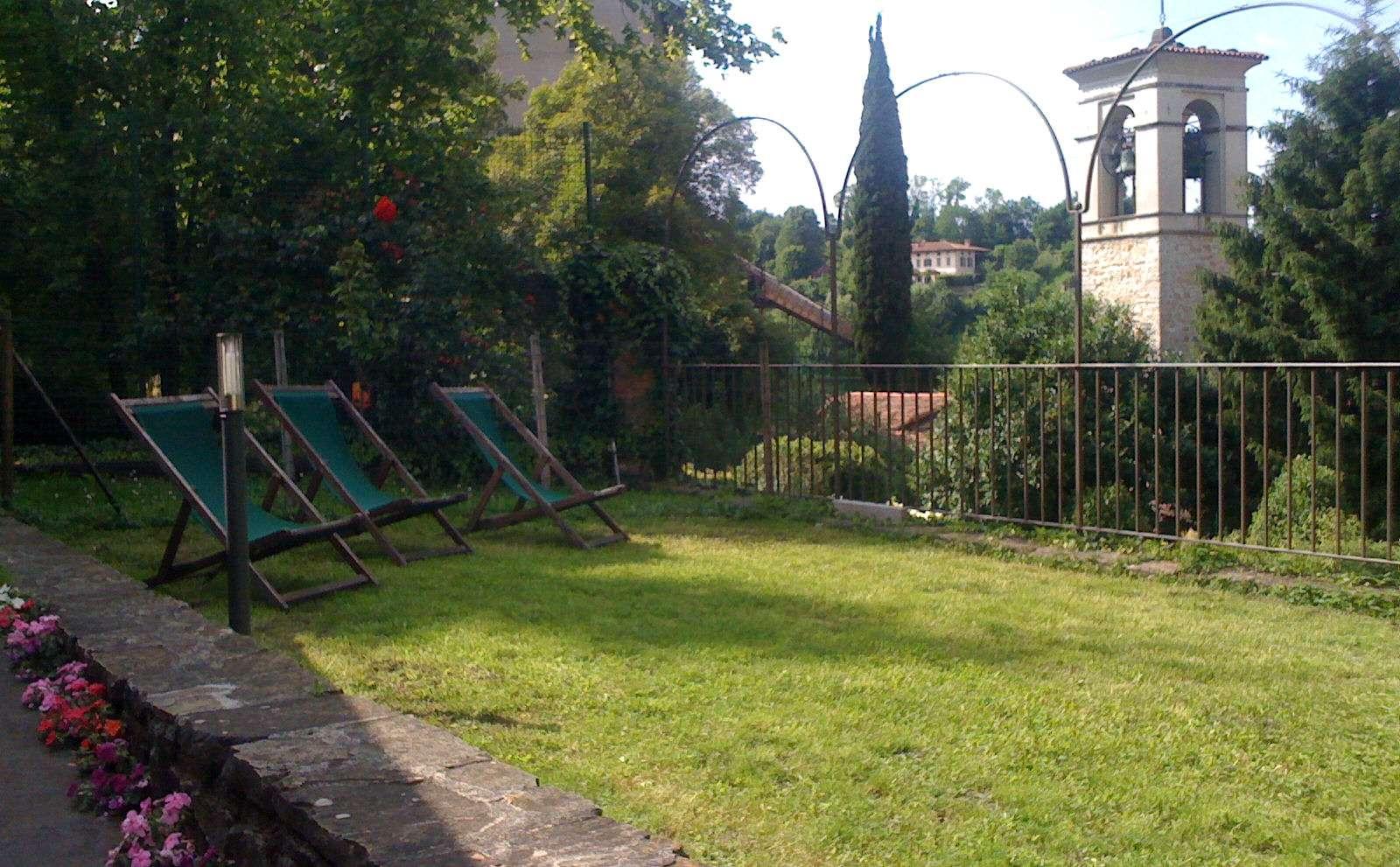 Ruhiger Garten im Herzen der historischen Altstadt von Bergamo