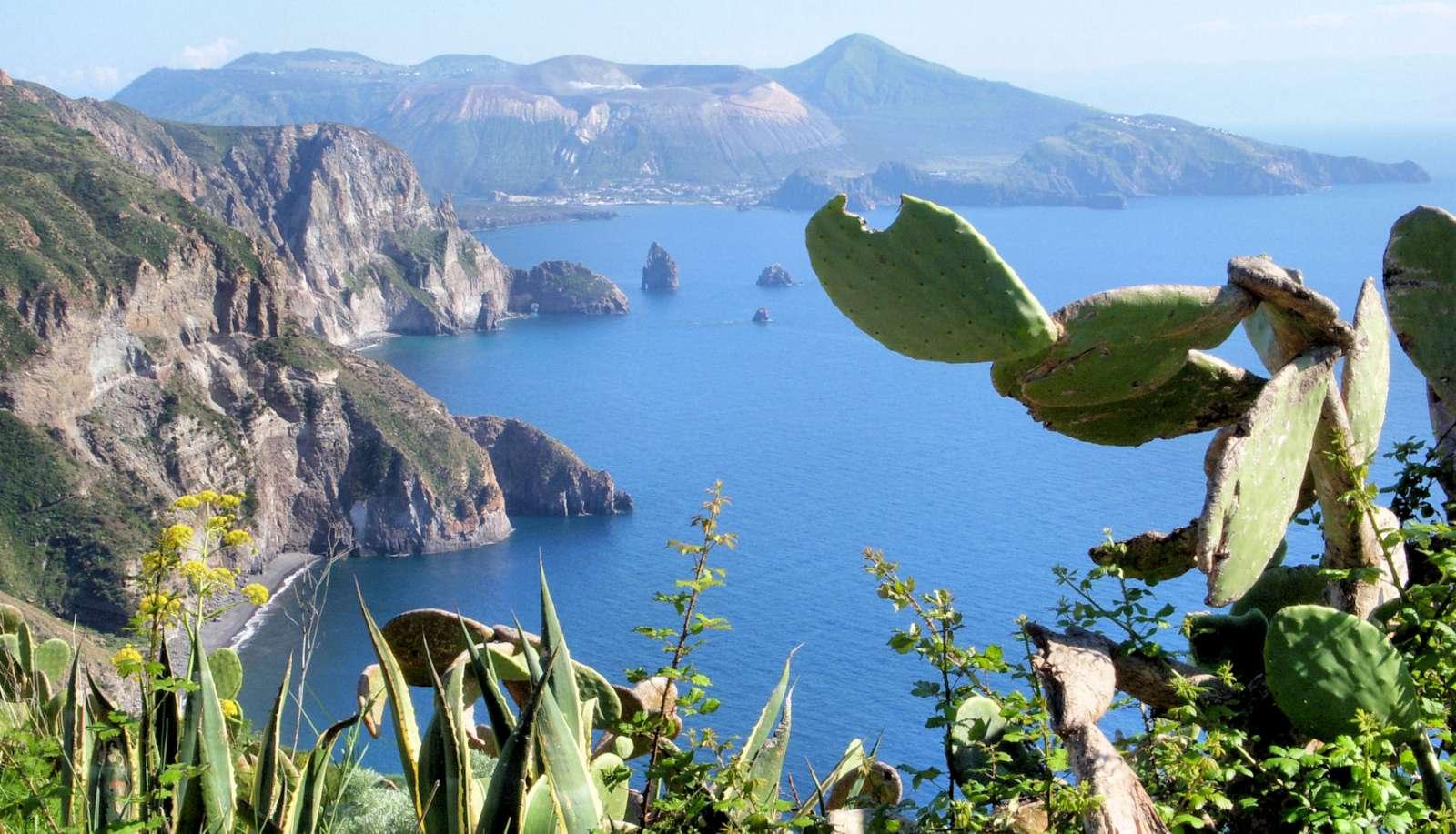 Utsikt over Lipari-stredet og øya Vulcano