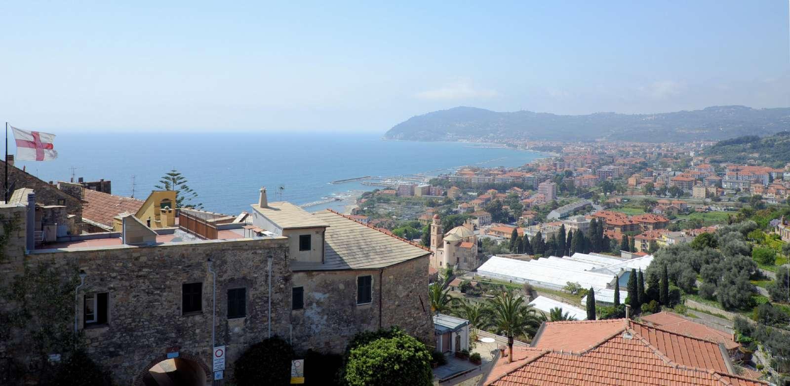 Udsigt fra den fælles tagterrasse mod nabobyerne Diano Marina og San Bartolomeo al Mare