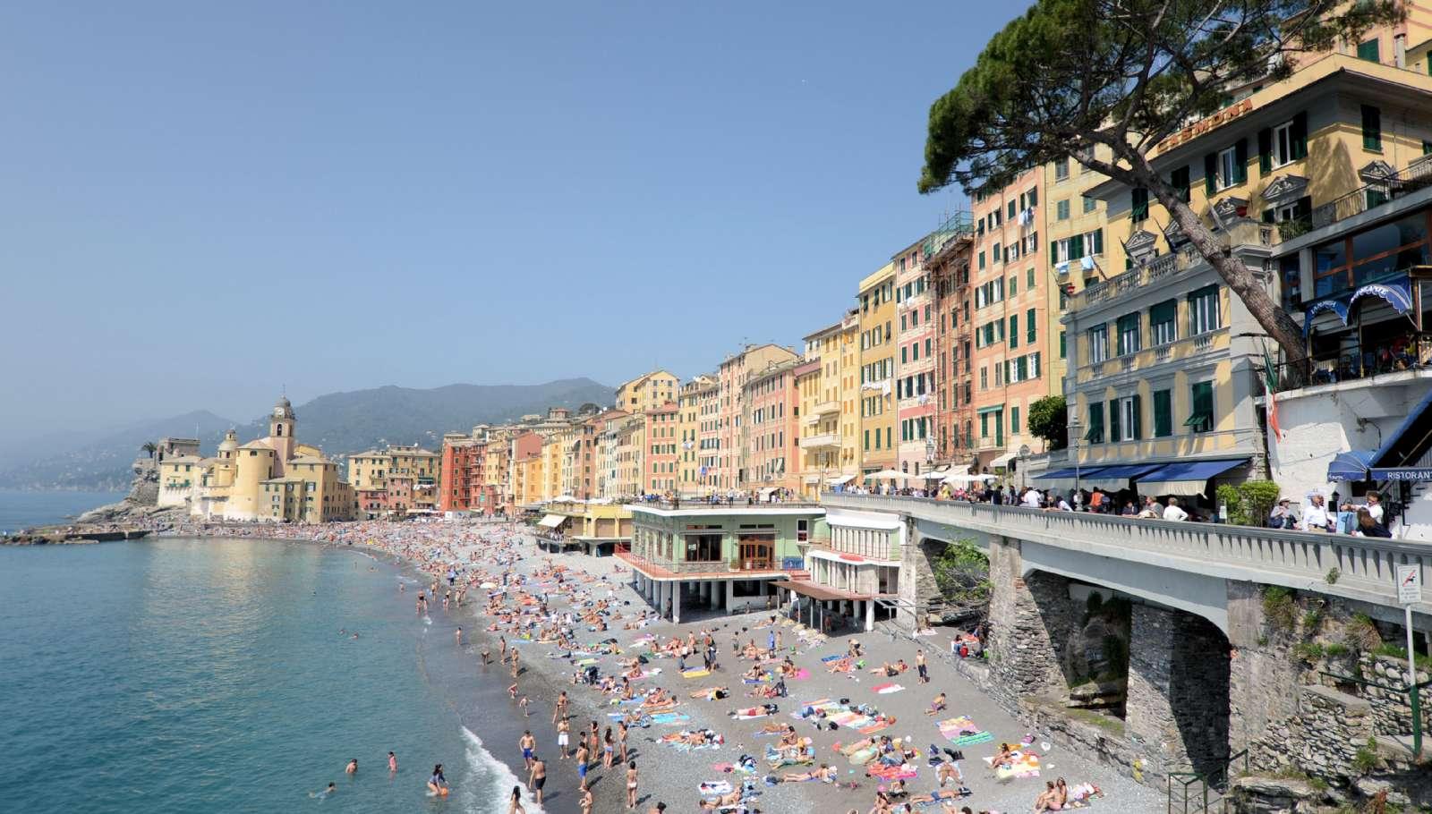 Kulöra fasader och en skön rullstens strand karakteriserar Camogli